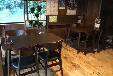 テーブル席でのんびりゆったり過ごせる築100年の古民家
