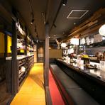 木がふんだんに使われ、ダークブラウンを基調とした店内はとても落ち着いた雰囲気。多彩な串焼きと日本酒で、まったりデートはいかがでしょうか。地酒を中心に、季節ごとに違うお酒を楽しめます。