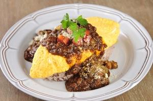 十五穀米を使ってヘルシーな『プルプルオムライス 野菜たっぷりカレーソースかけ』