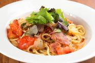 素材引き立つ、シンプルかつ奥深い味わい『フレッシュトマトとベーコンのペペロンチーノ』