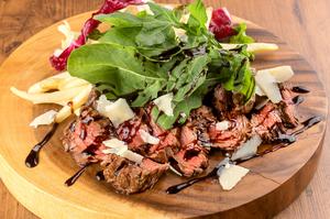 肉の旨みをダイレクトに味わう『牛ハラミ肉のタリアータ』