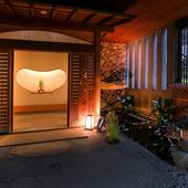 入り口には、店名にもある「瓢箪」の彫り物