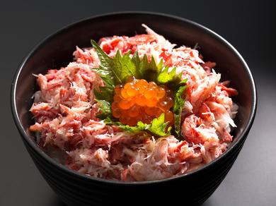 カニ好きにはたまらない、様々な部位の美味しさを一度に味わえる『かに丼』