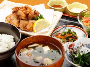柔らかくてジューシー、肉汁溢れる『塩麹唐揚げ定食』