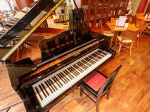 さりげなく置かれたグランドピアノがエレガントさを演出