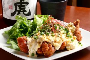 国産鶏モモ肉を使い、自家製タルタルソースをたっぷりかけた『名物!チキン南蛮』
