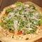 地どりの生ハムとすんごい!ケールのピザ