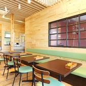 1階のフロア全体で愛犬との食事を楽しめるカフェ
