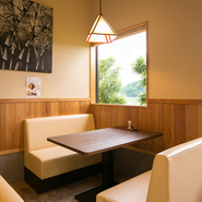 そばの粋で和風の雰囲気に合わせて、店内の壁には竹の油絵が飾られています。また、窓の外にも緑に色づいた竹が植えられ、オシャレにそばを食していただくための工夫が施されています。