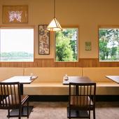 窓の外は、目にもやさしい木々の緑がいっぱいで景色がきれい