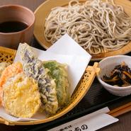 十割蕎麦と、新鮮な野菜の天ぷら付きの『もり天』。蕎麦はもちろん、野菜へのこだわりも高く、生産者がわかる新鮮な野菜を仕入れています。蕎麦ののど越しとサクッとした食感の野菜天を同時に堪能できます。