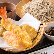 『もり天』のさらに人気のおすすめメニューがこの『上もり天』です。野菜の天ぷらの中に、えびの天ぷらが入るだけで視覚的にも映え、おいしさも、さらにワンランクアップします。