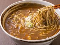 蕎麦の出汁が、まろやかな味わいを引き出す人気の『カレー南蛮』