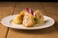 生ハム、チーズ、豚肉。黄金の組み合わせを軽い食感に揚げた『カダイフで巻いたフラメンキン』