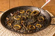 決め手は厳選した魚介で取るこだわりの出汁。濃厚なスープで炊いた『イカスミのパエージャ』