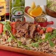 ブラジルの東北地方では、毎日のように食べられる郷土料理で、ブラジルを代表する料理のひとつ。塩ベースの味付けで、牛肉・特製ソーセージ・トマト等をライスと一緒に炒めた一品です。