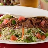 ブラジル、サンパウロの料理。トルティーヤに似た薄い生地で牛バラと野菜たっぷりの具を挟んだメニューです。生野菜もお肉も一度に食べたい方にオススメ!