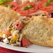 揚げ餃子や春巻きのような見た目が特徴的な、『パステル』の約35センチのスペシャルサイズ! 生パスタの生地に、ジューシーなお肉や野菜などを詰めて揚げているので、パリッサクッとした食感に。