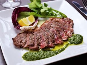 ルッコラのソースと牛肉が絶妙な組み合わせ『牛肉のタリアータのルッコラソース』
