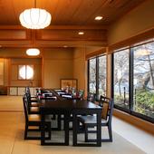 掘りごたつ式の個室や眺めのいい広間など、会食に向くお席が揃う