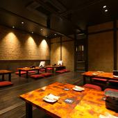京都の古民家風の内装で、和紙の壁やテーブルで落ち着ける空間