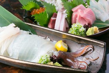 生簀から獲れたてを捌いた鮮度抜群ないかと、旬の美味しい魚を盛合せた絶品料理『活いかと刺身の盛合せ』
