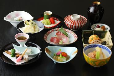 京料理の伝統と優しさ、季節の食材を愛でる『会席料理』 ※季節によって内容は異なります。