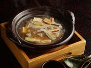 昆布、葱、焼豆腐、生姜などと一緒に2~3時間炊き、旨みをしっかりと抽出『すっぽん丸鍋』