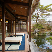 目の前に広がる日本庭園を眺めながら、くつろぎのひと時を