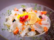 色彩の美しさと味の絶妙なバランスに惹かれる『真鯛のカルパッチョ』