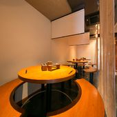 店内はオシャレで落ち着いた空間で食事を楽しむ