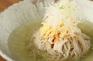 試行錯誤の末に完成した、澄み切ったスープは深い味わい『JIN特製冷麺』