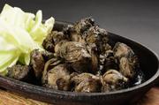 炭火に油を注いでスモークしながら焼き上げる宮崎名物の真っ黒な「地鶏炭火焼き」。はごたえが特徴の「みやざき地鶏」と、やわらかさが魅力の「霧島鶏」、食感の異なる2種類の宮崎ブランド地鶏で楽しめる。