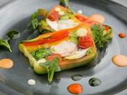 ポップな盛りつけが目をひく『オマール海老と旬野菜のテリーヌ』