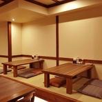 明るく清潔な店内は、ブラウンとクリーム色を基調とした、木の温もりが感じられる落ち着く雰囲気。テーブル席だけでなく、畳のお座敷やカウンター席もあり、ゆったりと寛げる広さで、リラックスしながら愉しめます。