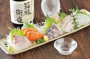 料理人の目利きで厳選した新鮮で上質な魚を使用した絶品メニュー『地魚・真鶴直送 刺身盛り(2人前)』