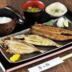 料理長渾身の一皿は、大満足の定食。こだわりの備長炭を使い、素材ごとに絶妙な焼き加減で、素材の味を引き出します。炭火で焼いたジューシーな干物と、あきたこまちとの相性も抜群。日本人の口に合う魚料理です。