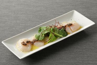酸味と優しい甘さが決め手の『帆立貝のカルパッチョ タプナードソース』