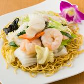 プリプリのエビや野菜のあんがどっさり載った『海鮮あんかけ焼きそば』
