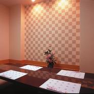 1階には、カウンター席、テーブル席、小上がり席を、 2階には、落ち着きの個室を6部屋御用意、ご家族連れやご商談に、 3階には、大宴会場完備。和室に椅子でお年寄りも安心です。法要や各種ご会食にどうぞ。