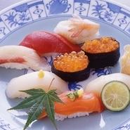 北海道の食材を食べ尽くしたいという方には、お店の名前のついた一番人気メニュー『しかま握り』がオススメです。ウニやイクラ、カニやトロなどの高級食材をはじめ、新鮮な貝類も堪能できます。
