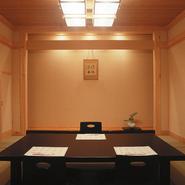 お部屋全体が総ひのき作りの個室で頂くお寿司もまた格別。 大切なお客様のおもてなしにご利用下さい。