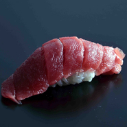 北海道近海、小樽の積丹半島、函館の戸井、津軽海峡などで獲れる本鮪を主に使用しています。寒くなるこの時期からより脂がのって美味しくなります。絶品の味、お寿司の醍醐味をしっかり堪能して下さい。