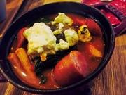 ストウブ鍋で作ったふっくらジューシーなハンバーグです。道産のチーズや野菜をふんだんに使いボリュームまんてんです。熱々を召し上がれ!チーズたっぷり!ホウロウ鍋で作る『チーズハンバーグ』