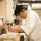 カウンターではお客さまとお話も。アットホームな日本料理店