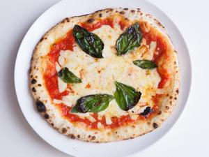 窯焼きピザの『マルゲリータ』はシンプル&リーズナブル