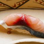 神奈川県の松輪で一本釣りされる高級品の『松輪サバ』。軽く酢でしめてから、旨みを出すために一日寝かせて食べやすい味わいに仕上げています。『松輪サバ』が旬を外れる時期は、九州産などを厳選しています。