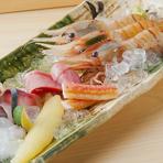 旬の魚や貝類などをふんだんに盛り込んだ『お刺身盛り合せ』は、どれも鮮度が抜群で、お酒のおつまみとしても最適です。海老など近海で獲れた魚介類も入っているので、北海道ならではの味わいも楽しめます。