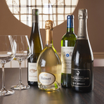 酢飯に合うシャンパンやワインも揃っています。グラスワインもあるので、好みや気分で飲み比べもできます。