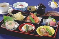小鉢2種、豚ばら煮込みシチュー、御飯、水菓子、コーヒー。ご飯にぴったりな野菜たっぷりの和風シチューをお楽しみください。 <税別・サービス料込>